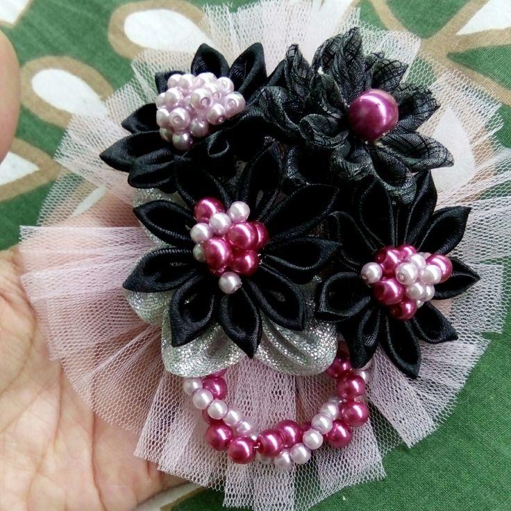 Flower ribbon brooch