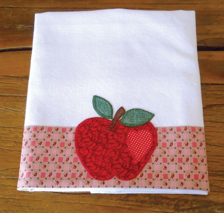 Pano de prato em patchwork feito à mão com motivo de maçã vermelha. Em tecido 100% algodão.