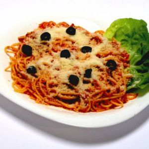 Spaghete milaneze.  500 g spaghete    400 g sunca sau bacon   1 cutie ciuperci    1 borcan sos rosii (400 g)    cascaval    usturoi    sare    piper    oregano