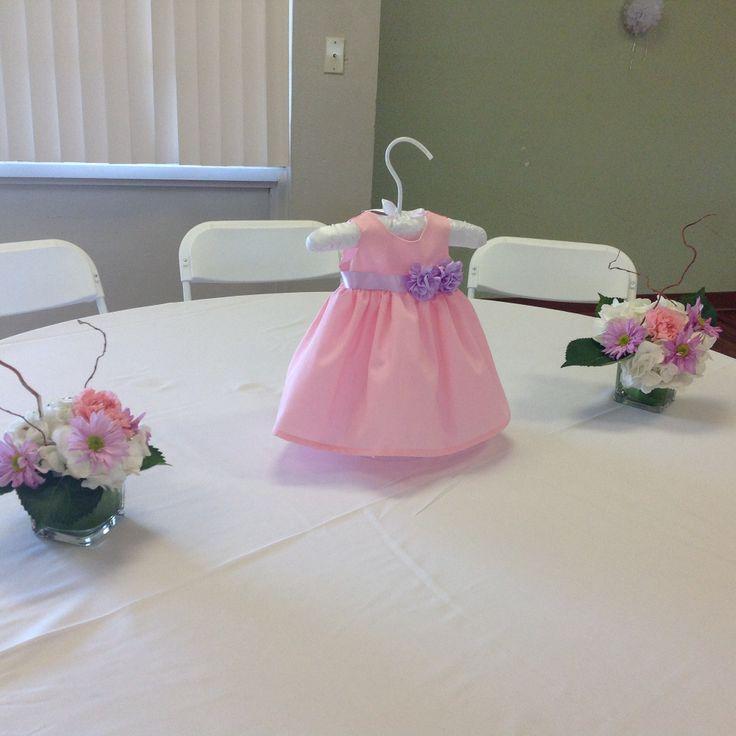 Centro de mesa rosado adornado con color lila montado en - Adornos para mesas de centro ...