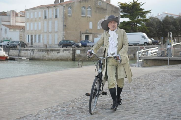 MOV_fabrice-luchini-in-costume-in-una-scena-di-moliere-in-bicicletta