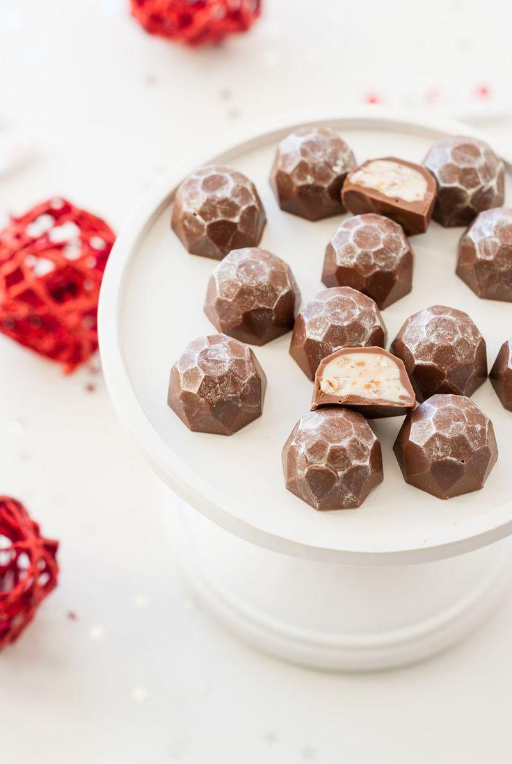 Nous approchons à grands pas de la saison la plus festive et chaleureuse de l'année (ma préférée!) cela vaut bien une recette de circonstance. Qui dit Noël dit chocolats, et lorsqu'ils sont faits maison, je dirais même qu'on les apprécie deux fois plus… J'ai donc décidé de réaliser des chocolats bien connus de tous, présents partout en période de fêtes : les Kinder® Schoko-bons ! Je vous assure que le goût ainsi créé est très ressemblant. La recette est simplissime (3 ingrédients) et peut…