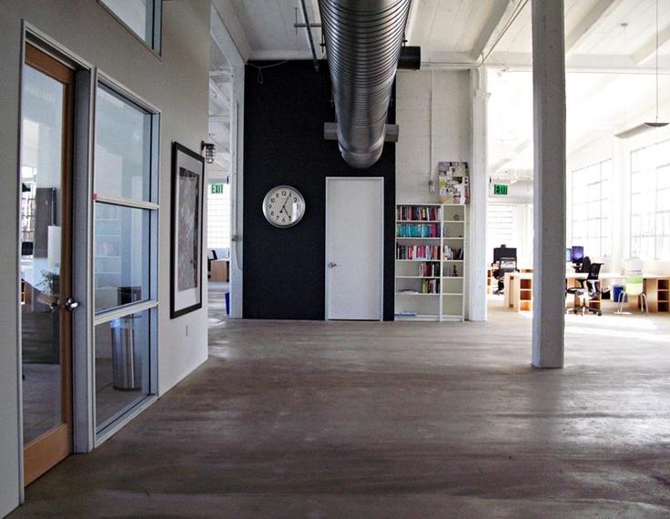 Já em outra sala do Twitter é legal ver o estilo misturando um galpão com salas de escritório, ambiente bem aberto e espaçoso para circulação.