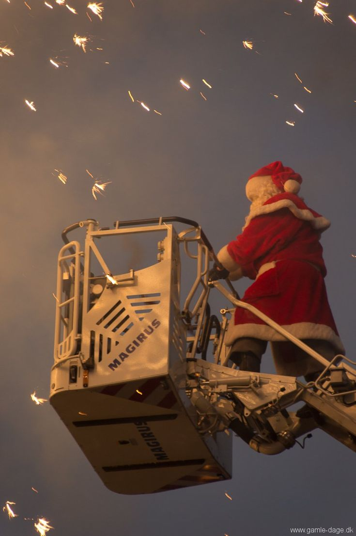 Juletræet på rådhuspladsen tændes. Jeg havde 2 ting på bedding igår. Den ene var et julemarked på Islands brygge, hvorefter jeg ville ind og se juletræet på rådhuspladsen blive tændt.  Julemarkedet var hurtigt overstået, da det var noget mindre end jeg havde regnet med. Jeg skulle derfor brænde halvanden time af, inden jeg skulle ind og se træet tændes... #Juletræ #Rådhuspladsen #Jul