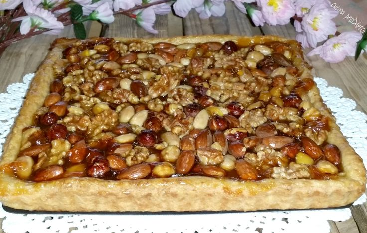 La crostata di frutta secca con marmellata (o confettura) è una ricetta tipica della pasticceria siciliana. Come quasi tutte le ricette esistono diverse....