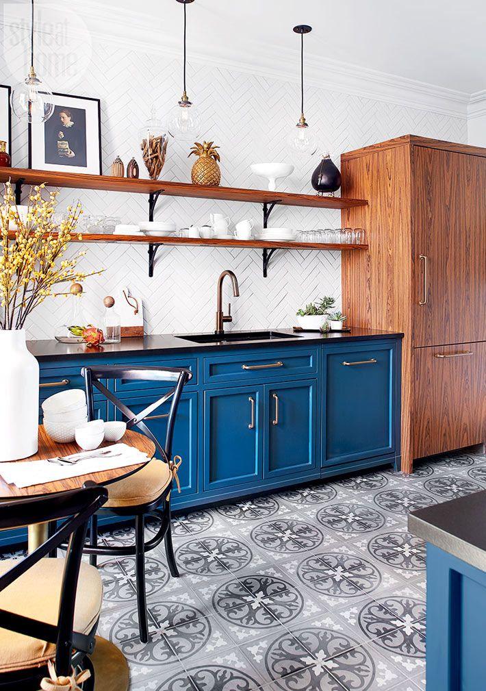 Марокканская плитка с рисунком украшает пол кухни