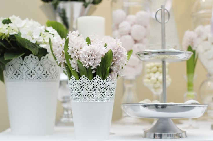 <p><strong>Ślubne dodatki</strong> stały się jednym z ważniejszych elementów aranżacji wesela. Decydując się na żywe kwiaty w dekoracji stołu warto zastanowić się nad tym, w jakiej formie będą prezentowały się najlepiej. Kompozycje kwiatowe możemy umieścić w popularnych, ażurowych<strong> osłonkach IKEA</strong>. Prezentujemy gotowe <strong>POMYSŁY na kompozycje kwiatowe</strong> z osłonkami IKEA w roli głównej!</p>