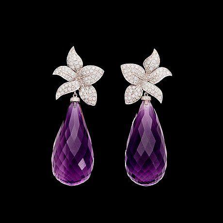 ÖRHÄNGEN, briolettslipade ametister, tot. ca 9 ct och briljantslipade diamanter, tot. 1.18 ct. 18k vitguld. L. 5 cm.