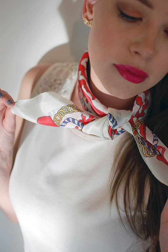 Foulard carre femme nouer et porter un foulard - Comment porter un petit foulard carre ...