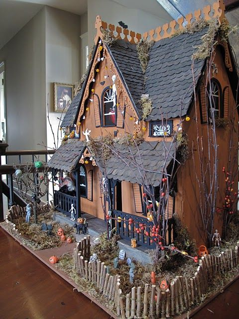 How to make a haunted house out of an old doll house LOVE THIS!!! Chels we can have matching doll houses...well kinda. Mine will look like this :): Holiday, Haunted Halloween, Haunted Houses, Halloween Dollhouse, Haunted Dollhouses, Dolls House, Doll Houses, Halloween Miniature, Halloween Ideas