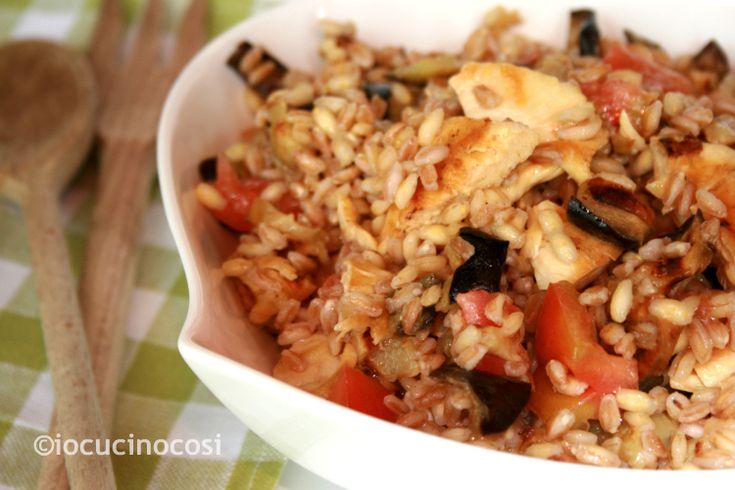 Insalata di pollo e cereali con melanzane   Ricetta piatto unico light http://blog.giallozafferano.it/iocucinocosi/insalata-di-pollo-e-cereali-ricetta-piatto-unico/