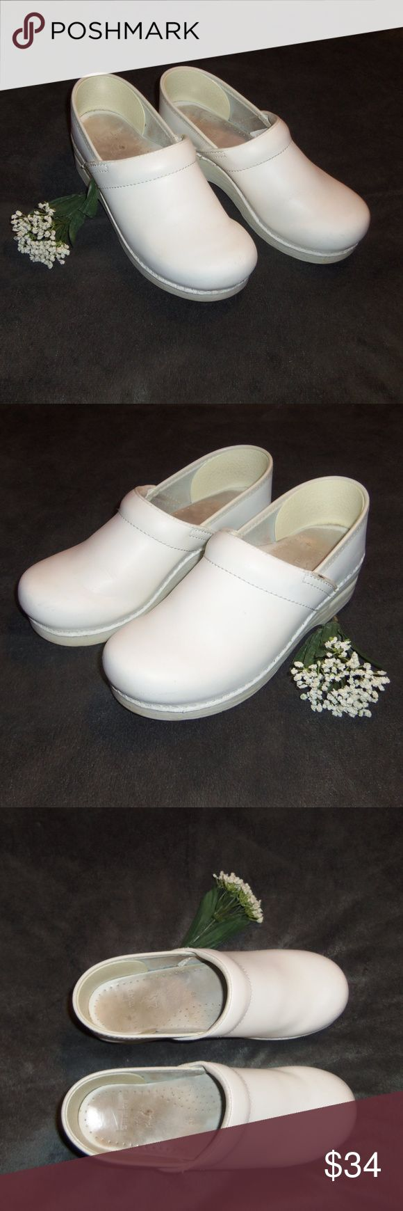 Dansko nursing medical clogs 39 Very nice pair of white Dansko closed back occupational clogs size EUR 39, equivalent to US size 8.5. Hardly worn at all!  Very minor scuffing. MSRP $125+ Dansko Shoes Mules & Clogs