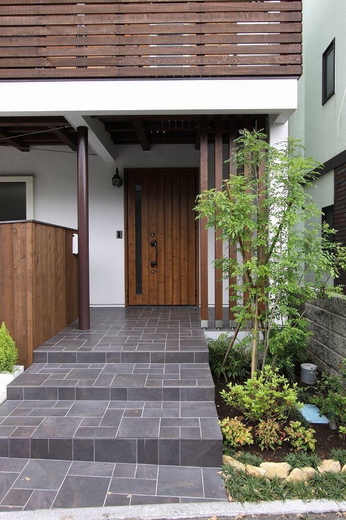 専門家:宇野健一が手掛けた、アプローチ(親世帯)(回廊バルコニーで緑と接する2世帯住宅)の詳細ページ。新築戸建、リフォーム、リノベーションの事例多数、SUVACO(スバコ)