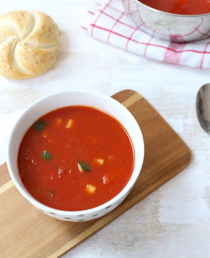 Heb je trek in een soepje? Maak eens deze verse tomatensoep met courgette en paprika. Makkelijk om te maken én gezond! Tomatensoep met courgette en paprika Dit heb je nodig Voor 2 personen 4-5 tomaten of 400 gr tomatenblokjes uit…