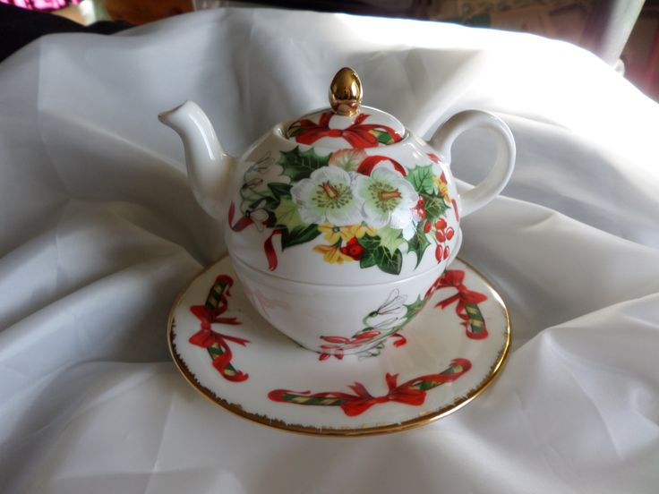 Christmas China, tea for one, Christmas roses, 22ct gilding, holiday item, White…