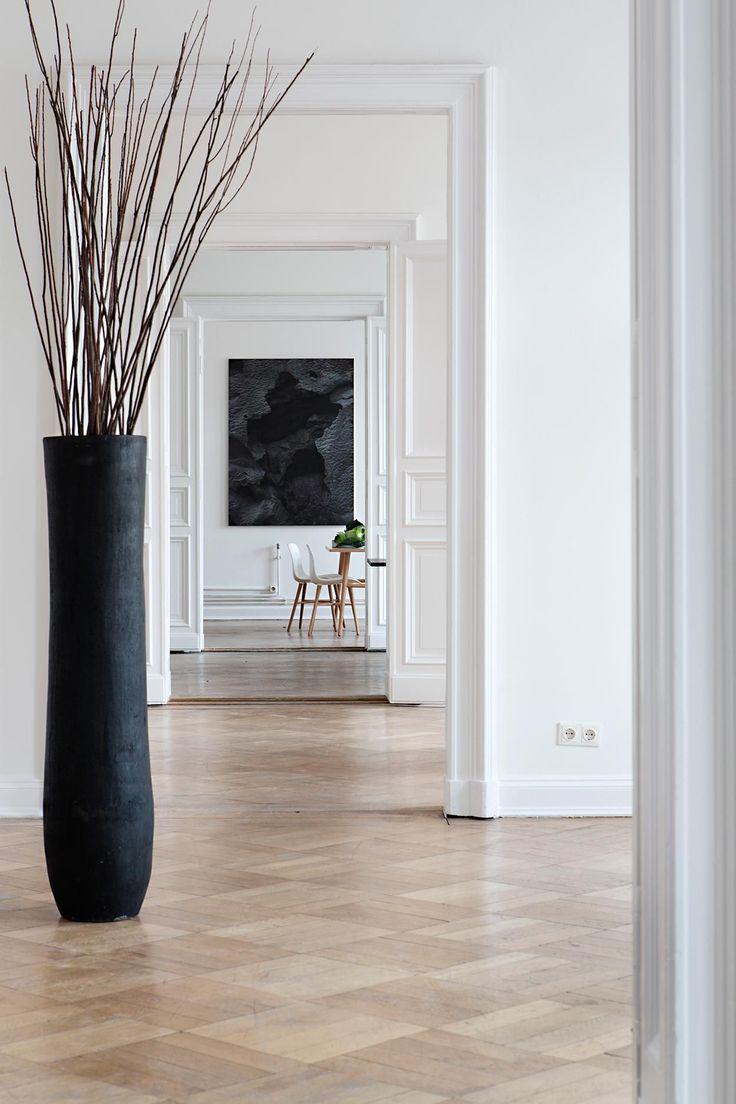 Напольные вазы своими руками: 50 вдохновляющих идей и лучшие реализации в интерьере http://happymodern.ru/napolnye-vazy-svoimi-rukami-sozdaem-nepovtorimyj-dekor/ Крупная черная напольная ваза в современном интерьере