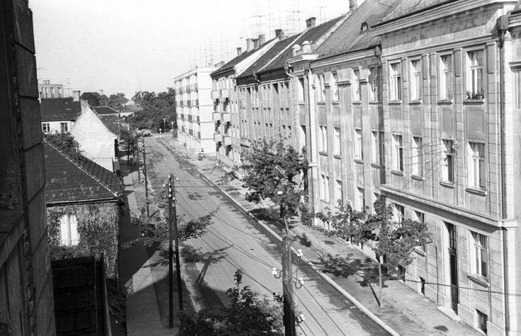 Hunyadi utca a Zrínyi utca felől a Kálvária utca felé nézve.