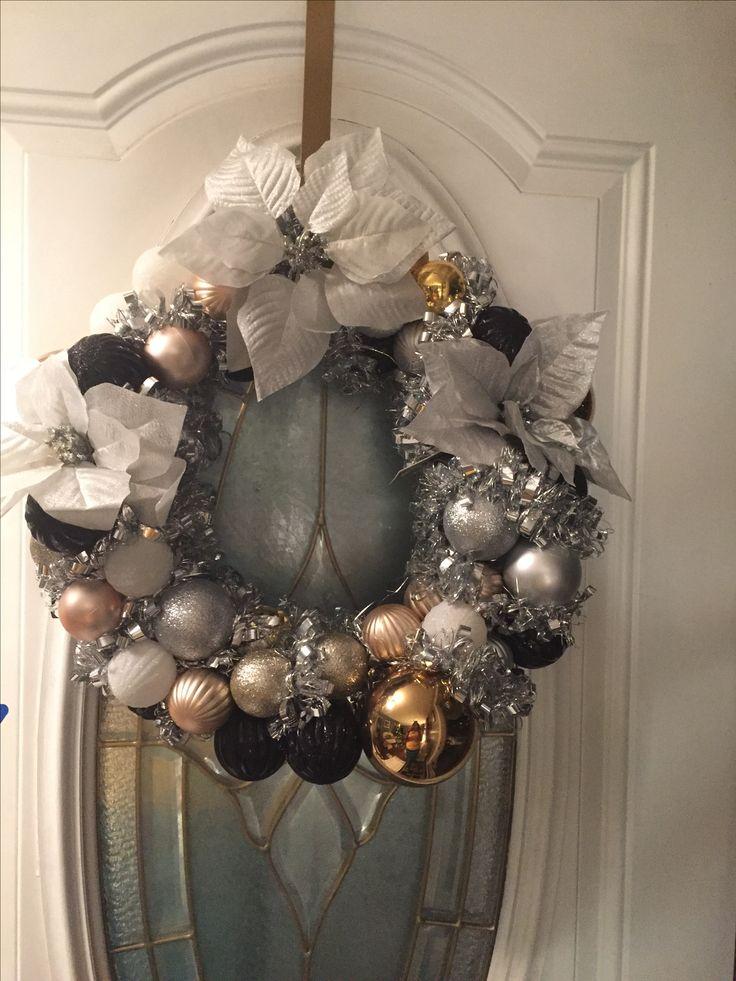 DIY Christmas wreath, use a clothes hanger.
