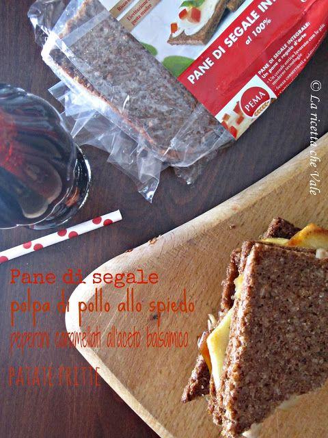 Panino con pane di segale, polpa di pollo allo spiedo, peperoni caramellati all'aceto balsamico e patate fritte