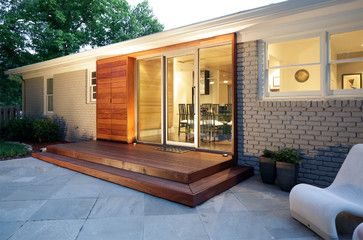 The architect found a way to unify an outdoor storage space with the door frame, making it look like a single unit.
