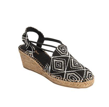 TORTOSA es un modelo de alpargata cómoda, el bordado de la tela le otorga elegancia y distinción. Las tiras de goma cosidas a la tela le dan una gran sujeción al pie. Un clásico vestido en telas modernas.
