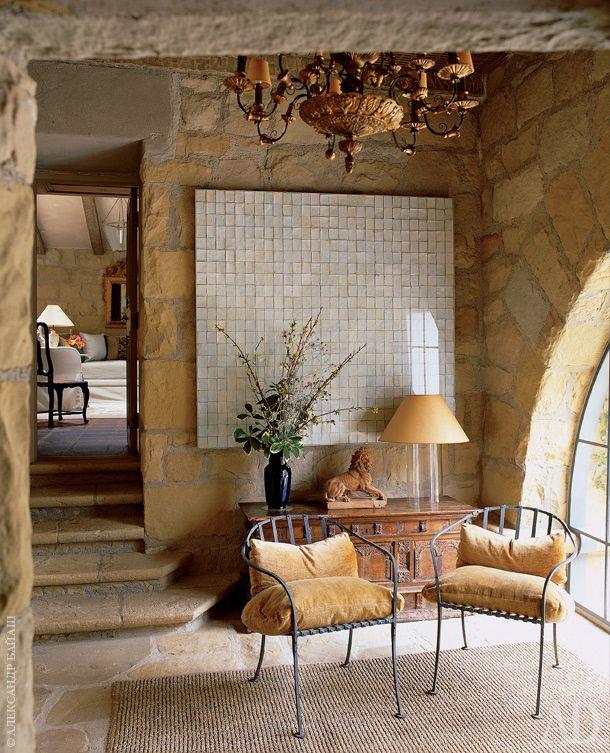 На лоджии виллы стоят антикварные стулья и комод XVIII века из Италии. Люстра сделана по дизайну Джона Саладино. Картина Роберта Картрайта.