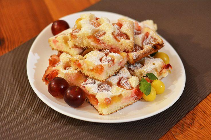 Mirabelkový (čti špendlíkový) koláč bez vajec   2 hrnky polohrubé mouky  1 hrnek cukru  1 hrnek mléka  0,5 hrnku oleje  1 vanilkový cukr  1 prášek do pečiva  Suroviny smícháme, těsto vlijeme na plech vyložený pečícím papírem, poklademe ovoce (mirabelky) a dáme péct na cca 180°C.   Dobrou chuť :o) P.S.: Je vážně luxusní :)