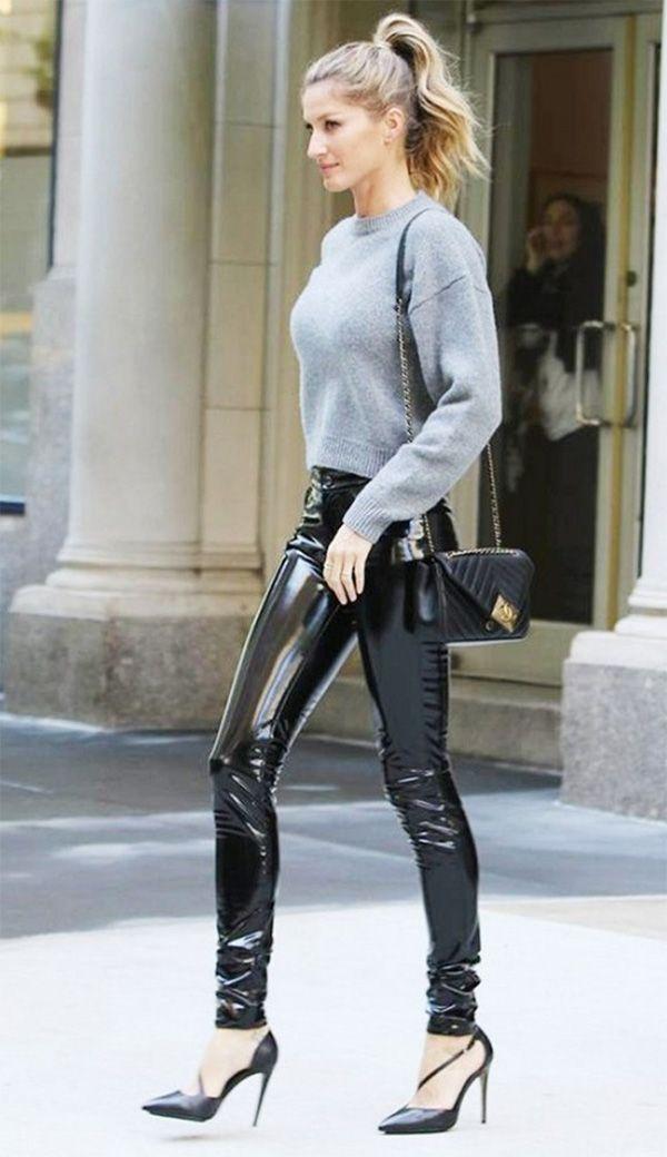 Street style look Gisele Bundchen com calça de vinil e moletom