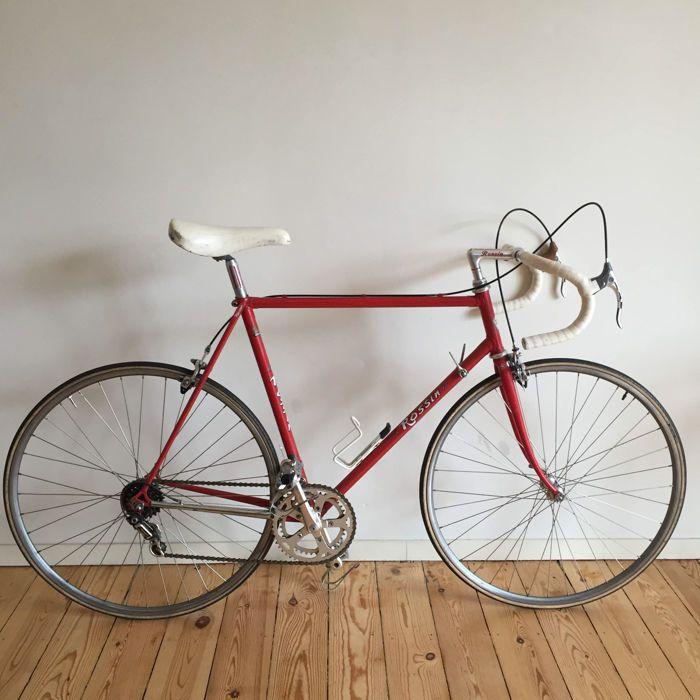 Rossin Campagnolo Italië fiets - Circa 1980  Rossin rode frame stuur Cinelli witte lederen zadel (Bernard Hinault) model TurboStronglight 100 x crankset Campagnolo gegraveerd op het kader de derailleur en de Weinmann sprak wielen zijn gemaakt in België.Herziene remmen ketting graisee.Uitstekende originele staat met patina.lengte 60cm (ext) 29cm en 55cm (int) / kruist (ext) 60cm en 55cm (int) / vertrek vanaf de samenvloeiing van de zetel naar het midden van de onderzijde beugel 55cm.Locatie…