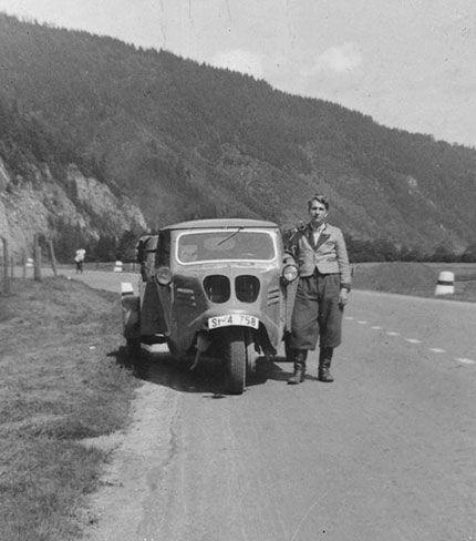 Das ist eine Aufnahme von meinem Onkel in Österreich, müsste Anfang der 50iger Jahre sein – was das für ein Fahrzeug ist, weiß ich leider nicht, vielleicht findet ihr es raus…  Ist das ein Tempo-Dreirad? Wer weiß bescheid?  Zitat und Bild: Roland Steffen