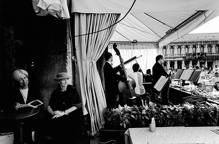Photo by Gianni Berengo Gardin | Caffè #Florian a #Venezia San Marco - Florian #cafè in #Venice Saint Mark #travel #travelinspiration  #italy #italia #veneto #instaitalia #italianalluretravel #lonelyplanetitalia #lonelyplanet