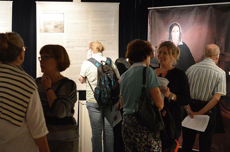 Sara Wacklinin jäljillä -näyttelyn esittelyyn on kokoontunut paljon Wacklinin elämästä ja aikakaudesta kiinnostuneita Taiteiden Yön vieraita. Luuppi, Oulu (Finland)