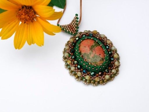 Wisiorek-medalion, haft koralikowy z unakitem