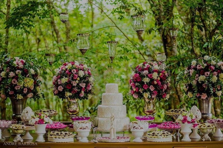 Os quatros arranjos grandes fazem o perfeito casamento com os castiçais pendurados! Outra maneira de usar branco e rosa na decoração da mesa do bolo e fugir do convencional!