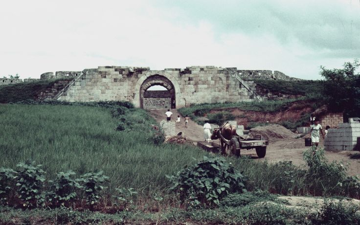 Changnyongmun 1968-08-06 蒼龍門 창룡문 (East Gate) / Hwaseong Fortress 화성 華城 68D08-0712 | by Pal Meir, Flickr