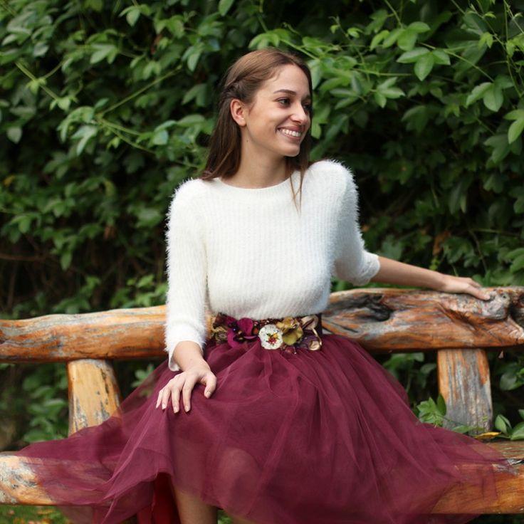Falda de tul Carrie en color granate hecha a medida y jersey perlé. Un look de invitada perfecta para bodas y eventos confeccionado a mano en galicia. Se realiza a medida previo encargo