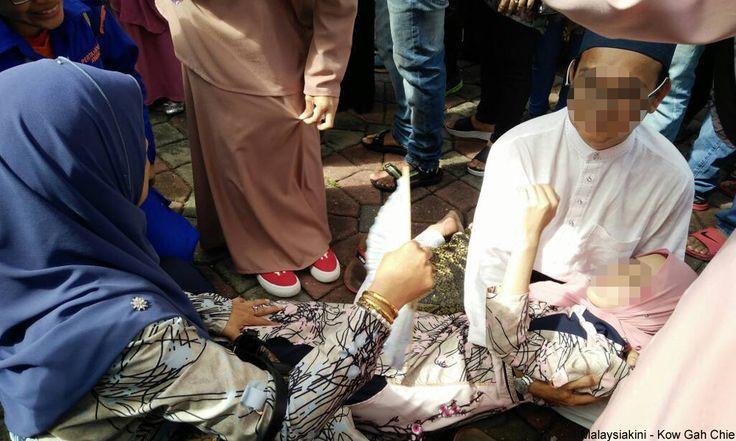 Wanita dilanggar motosikal ketika berbaris panjang nak salam Najib   Seorang wanita yang tidak dikenali dilaporkan cedera apabila dilanggar sebuah motosikal ketika berbaris panjang menunggu giliran untuk bersalaman dengan Perdana Menteri Datuk Seri Najib Razak sempena sambutan Aidilfitri di Seri Perdana di Putrajaya pagi ini.  Wartawan Malaysiakini yang berada di tempat kejadian mendapati wanita itu terbaring di lantai sambil dikipas oleh mereka yang berada di sekelilingnya.  Pada mulanya…