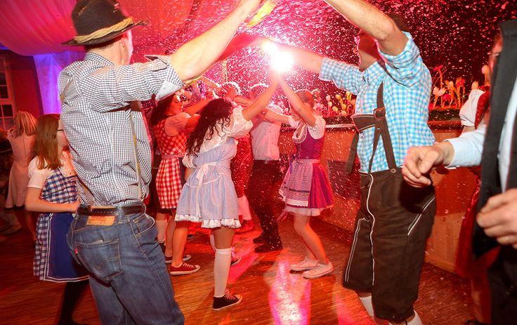 Animation musicale : Bras dessus, bras dessous, vous ne résisterez pas longtemps à l'appel des danses folkloriques et conviviales de la région du Tyrol.