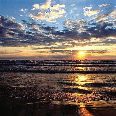 İnsan ayrılırken / fırlatmalı şapkasını denize, / içinde yaz boyu topladığı / deniz kabukları / ve gitmeli saçları uçuşarak rüzgârda, / kurduğu sofrayı sevgilisine, / devirmeli denize, /   bardağında kalan şarabı dökmeli denize, / ekmeğini balıklara vermeli / ve denize bir damla kan katmalı, / bıçağını dalgalara saplamalı / ve salmalı sulara ayakkabılarını, / yürek, çapa ve haç / ve gitmeli saçları uçuşarak rüzgârda ! / Döner gelir sonra. /  Ne zaman? / Sorma. / Ingeborg Bachmann /