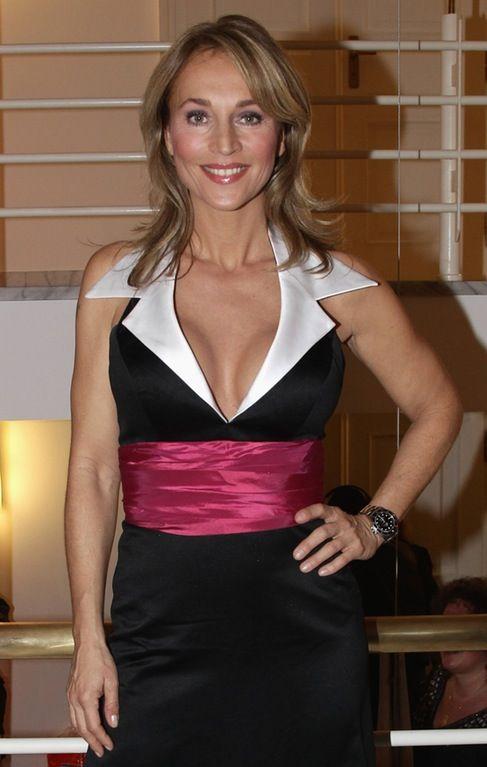 Caroline Beil : WomenWithWatches   Well dressed, Collar