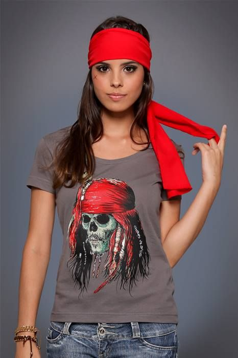 """Camiseta Capitão Jack  O célebre Capitão Jack rodou os sete mares, enfrentou inimigos inimagináveis, enrolou aliados de todos os tipos e juntou um bocado de histórias para contar. E como piratas adoram caveiras, nossa homeagem ao bucaneiro vem em forma de camiseta, numa releitura que deixaria Davy Jones de """"barba"""" em pé! http://chicorei.com/1282-capitao-jack.html"""
