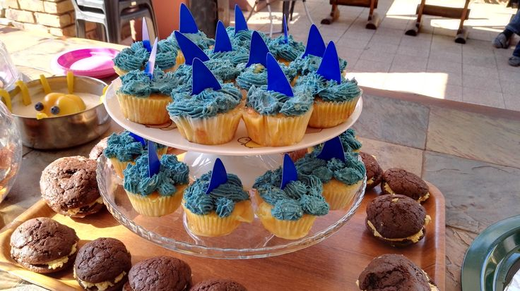 Shark-fin cupcakes