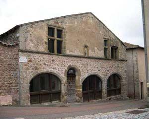 Visite guidée du Crozet, la Cordouannerie - LE CROZET, 8) L'ANCIENNE HALLE DE LA CORDOUANNERIE, 1: Bâtie au XIV°s et rehaussée au XVI°s avec des étages, on peut remarquer trois ouvroirs, des arcs de granit aux colonnettes sculptées et fenêtres à meneaux, où étaient établis les échoppes. De nombreux vestiges d'ouvroirs conservés dans les murs des maisons du Crozet témoignent de l'importance du commerce dans la cité du Moyen Age.