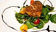 Salade d'épinards tièdes avec son coeur de saumon cajun