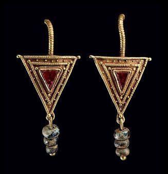 A pair of Roman gold earrings, set with amythists and and twisted wire loops and three blue glass bead pendants with iridescence, ca. 2nd-3rd Century.