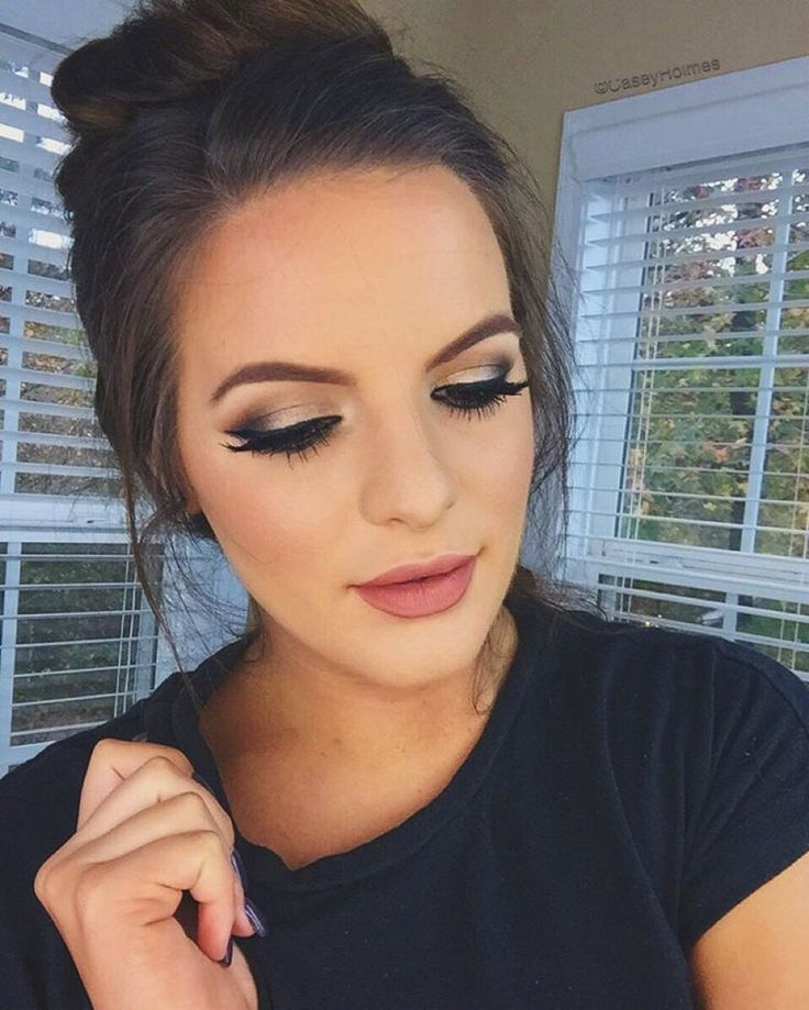 "Casey Holmes auf Instagram: ""So many of you wanted a tutorial on this look that I wore in my new video I posted last night (Direct link in my bio ) so I filmed it! It's simple but great for anytime of the year- especially the holidays! Pop on a red lip & you're set. Oh & I definitely rocked my PJs and a messy bun for the entire video. And I ain't mad about it. """