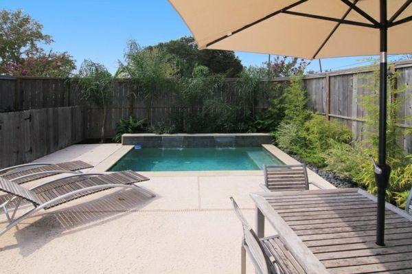 petite piscine hors sol, chaises-longues et parasol