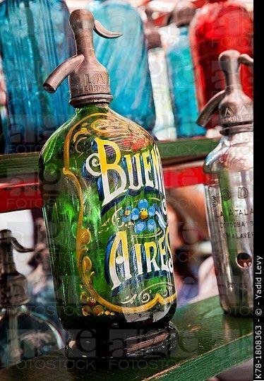 Soda sifones a la venta en un puesto en la Plaza Dorrego en el mercado de los domingos en San Telmo, Buenos Aires, Argentina