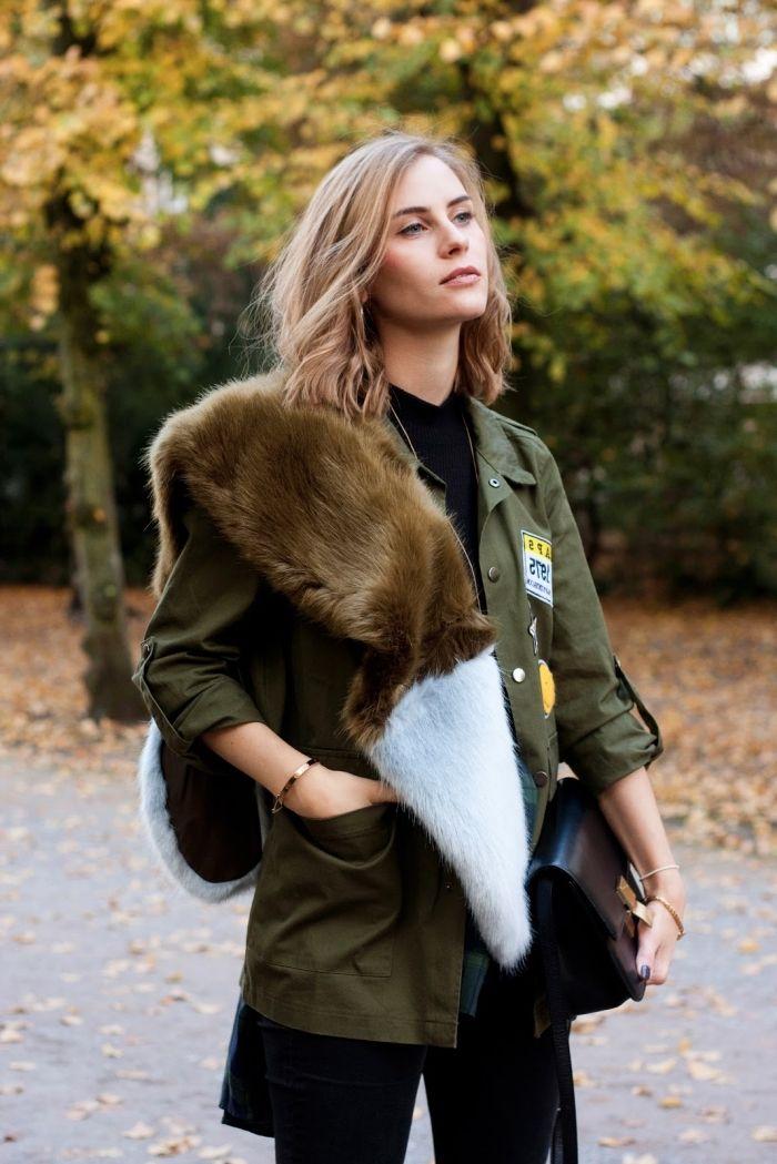 couleur kaki, manteau fourrure femme, coupe de cheveux mi longs blond miel,  pantalon et chemise noirs combinés avec écharpe faux fur et manteau kaki b0ebb535704