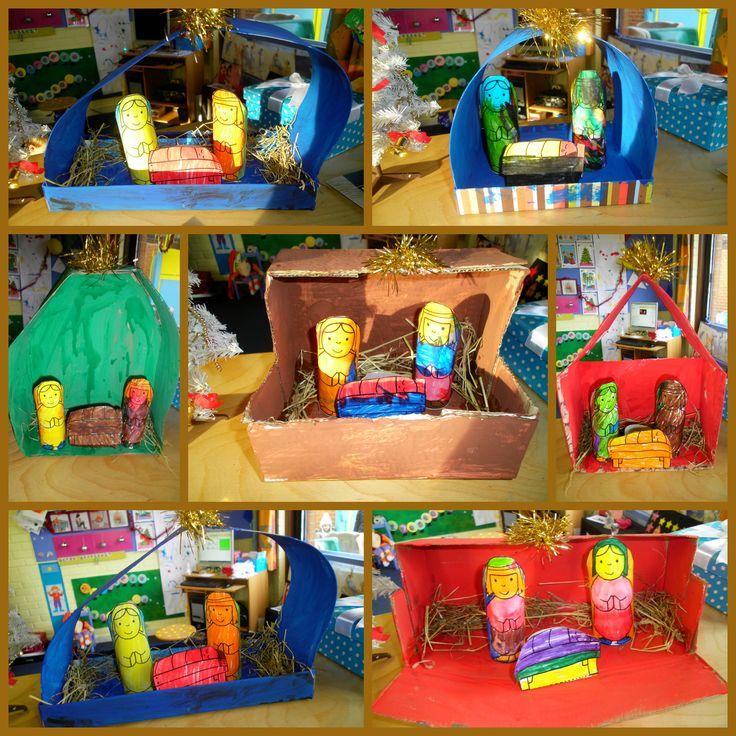 Kerststal gemaakt van verschillende beschilderde dozen. Figuren zijn gemaakt van toiletrolletjes met daarop een kleurplaat *liestr*
